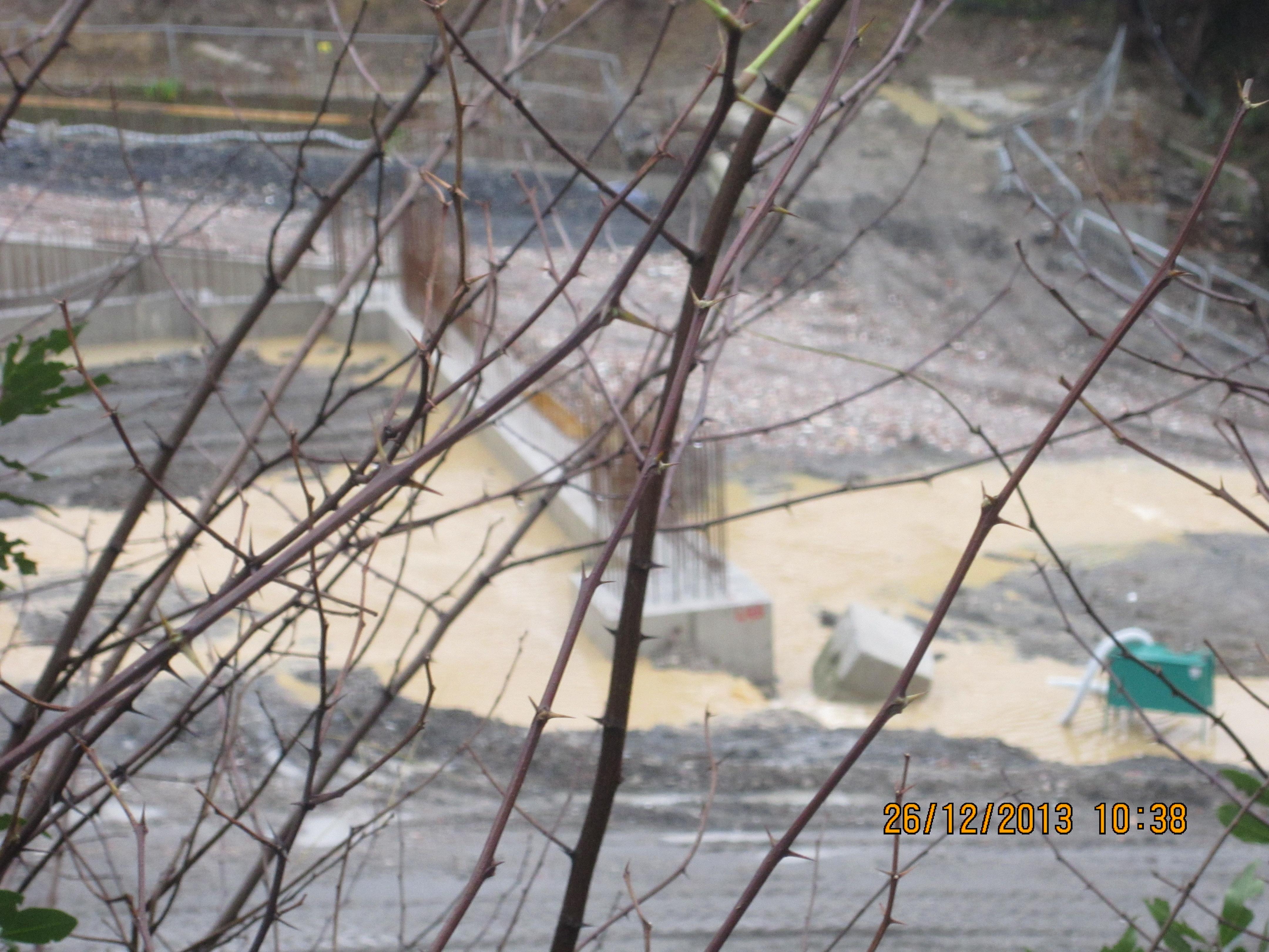 Le seguenti foto sono state scattate a quasi 2 ore dal picco di allerta e testimoniano la colata di fango che scende gi¹ dal cantiere Bri an