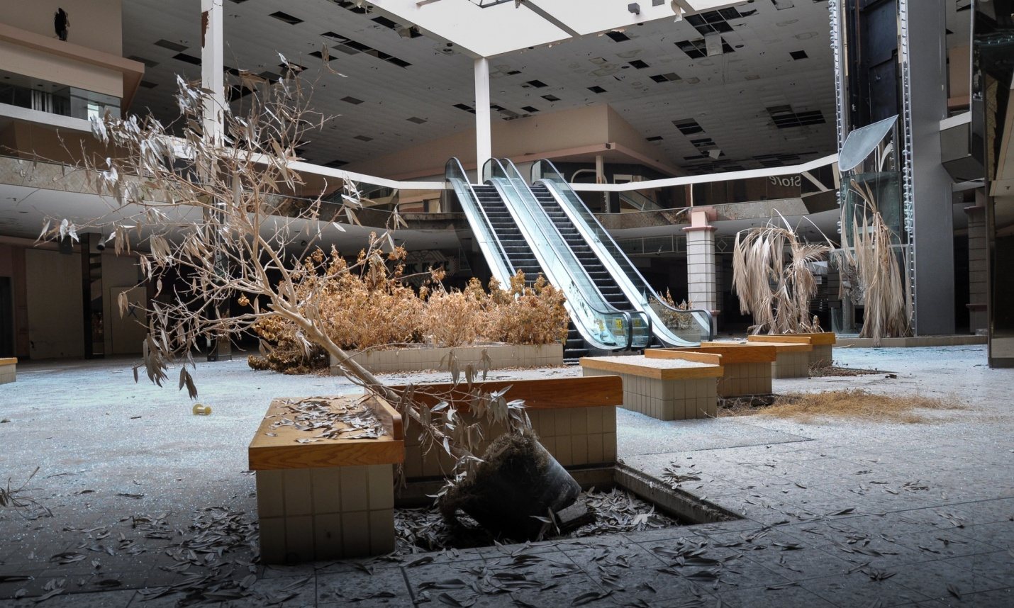 Rolling Acres shopping mall Akron, Ohio, USA. Foto di Seph Lawless per The Guardian