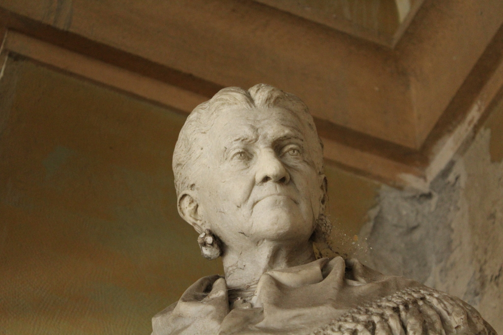 Anche Caterina Campodonico, la venditrice di nocciolino, con l'orecchino oramai compromesso