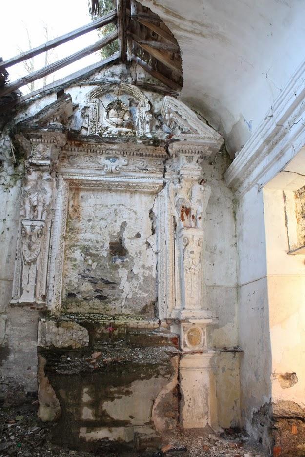 l'altare vandalizzato